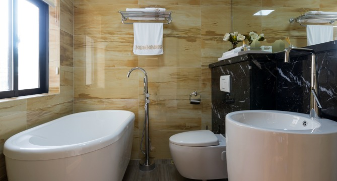7 Tips For Making The Most Of Tiny Bathrooms Qc Design School - Tiny-bathrooms