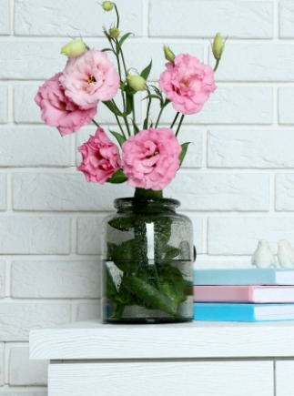 According to the principles of feng shui, fresh flowers lift the energy in a room