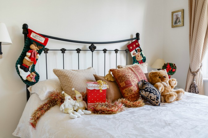 Clean holiday bedroom decor ideas